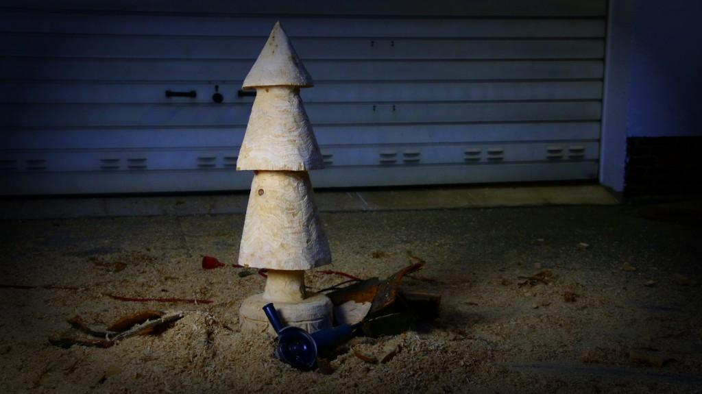 Holzobjekt-tannenbaum-schnitzen