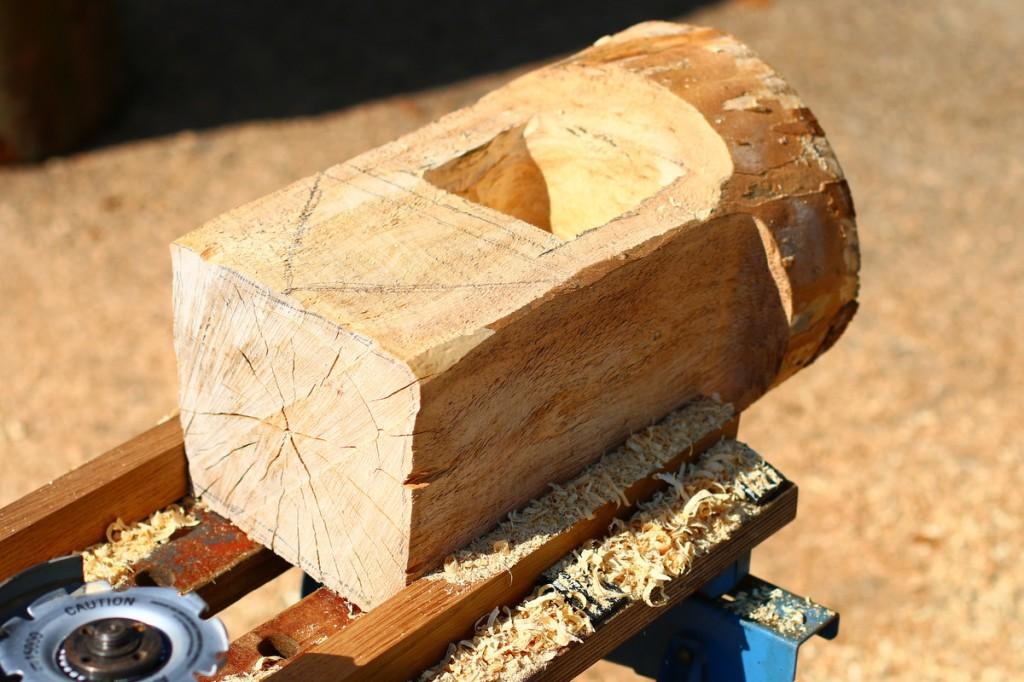 Eichh rnchenhaus vogelh uschen aus kastanie schnitzen for Holzklotz beistelltisch