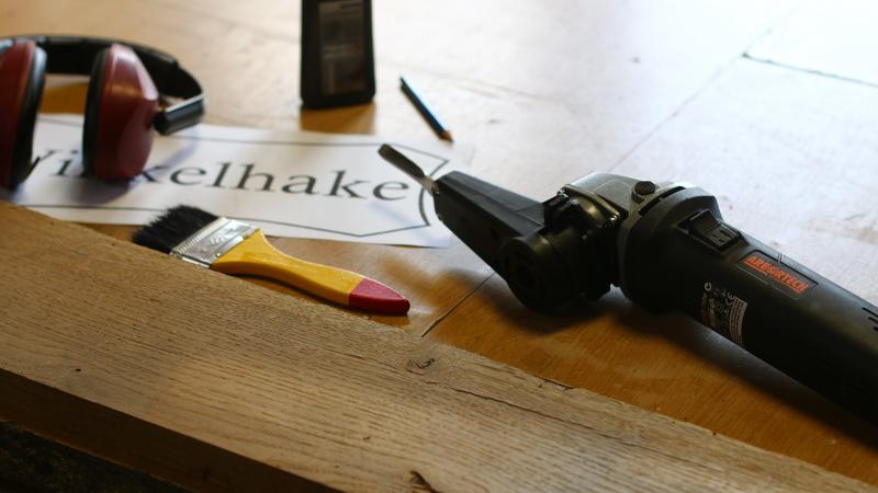Holzschild mit Inschrift schnitzen