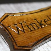 Dieses Holzschild wurde mit dem Arbortech Power Chisel geschnitzt