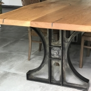 Esstisch im Industriedesign mit Eichenplatte