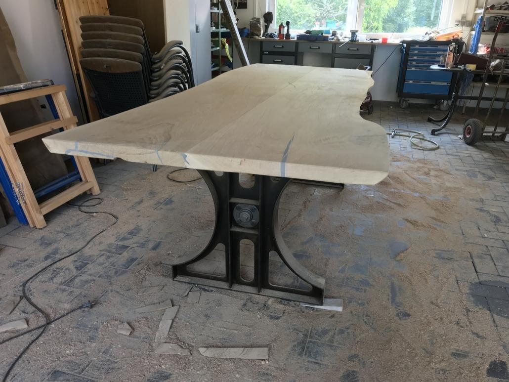 selbst gebauter Esstisch im Industriedesign